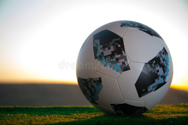 BACU, AZERBAIGIAN - 24 GIUGNO 2018: Concetto creativo Funzionario Russia palla di calcio di 2018 coppe del Mondo Adidas Telstar 1 fotografia stock