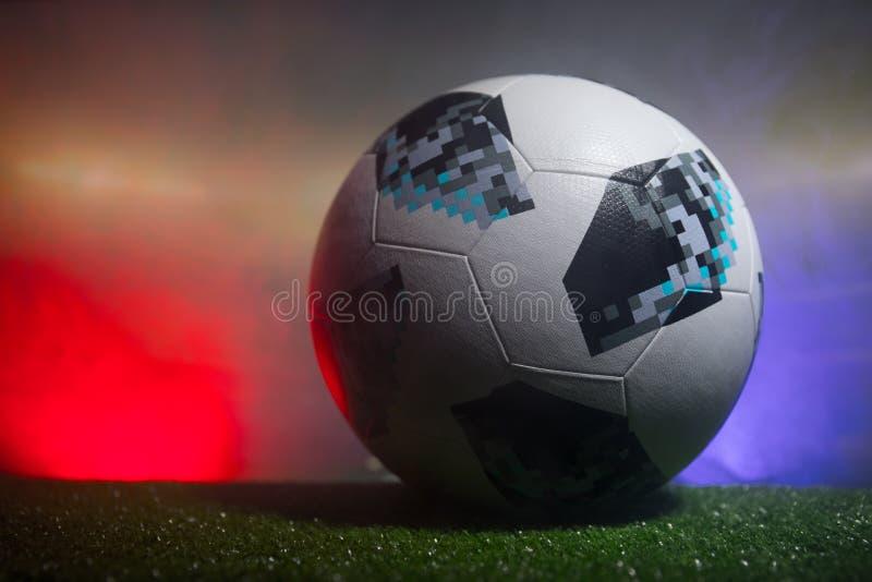 BACU, AZERBAIGIAN - 21 GIUGNO 2018: Concetto creativo Funzionario Russia palla di calcio di 2018 coppe del Mondo Adidas Telstar 1 immagine stock