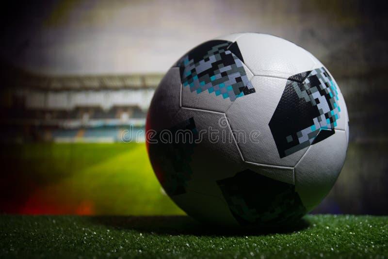 BACU, AZERBAIGIAN - 21 GIUGNO 2018: Concetto creativo Funzionario Russia palla di calcio di 2018 coppe del Mondo Adidas Telstar 1 fotografie stock