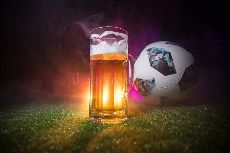 BACU, AZERBAIGIAN - 23 GIUGNO 2018: Funzionario Russia palla di calcio di 2018 coppe del Mondo Adidas Telstar 18 e singolo vetro  fotografia stock libera da diritti