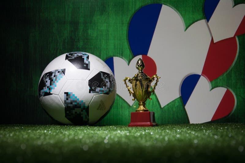 BACU, AZERBAIGIAN - 13 LUGLIO 2018: Concetto creativo Funzionario Russia palla di calcio di 2018 coppe del Mondo Adidas Telstar 1 fotografia stock libera da diritti