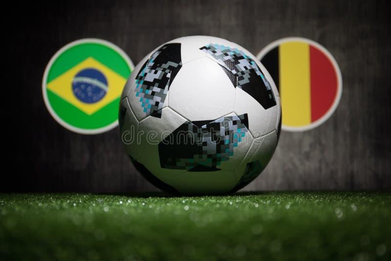 BACU, AZERBAIGIAN - 4 LUGLIO 2018: Concetto creativo Funzionario Russia palla di calcio di 2018 coppe del Mondo Adidas Telstar 18 fotografia stock