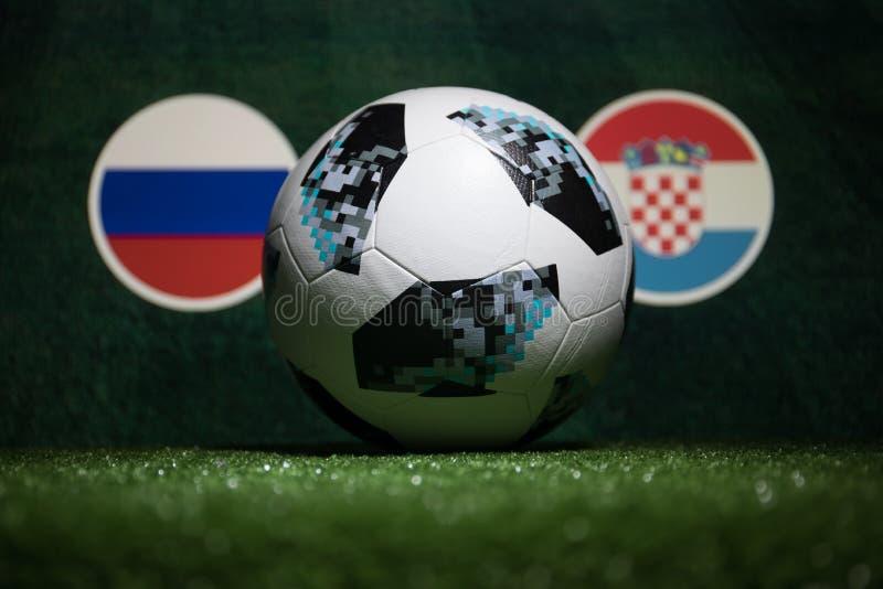 BACU, AZERBAIGIAN - 4 LUGLIO 2018: Concetto creativo Funzionario Russia palla di calcio di 2018 coppe del Mondo Adidas Telstar 18 fotografia stock libera da diritti