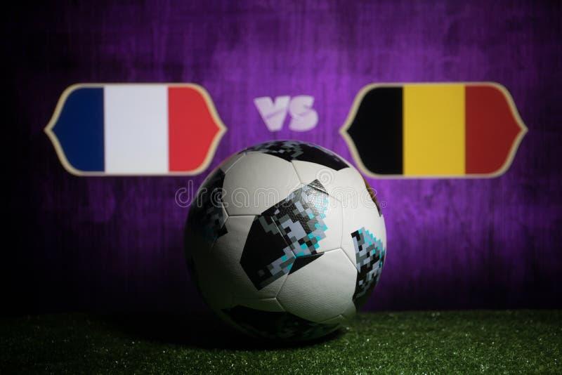 BACU, AZERBAIGIAN - 8 LUGLIO 2018: Concetto creativo Funzionario Russia palla di calcio di 2018 coppe del Mondo Adidas Telstar 18 immagini stock libere da diritti