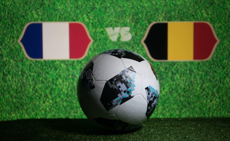 BACU, AZERBAIGIAN - 8 LUGLIO 2018: Concetto creativo Funzionario Russia palla di calcio di 2018 coppe del Mondo Adidas Telstar 18 immagine stock