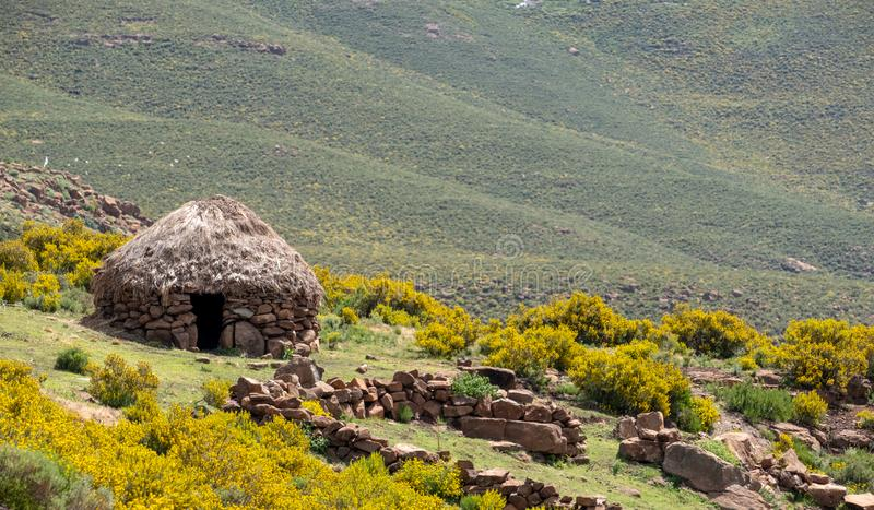 Bacy borowinowa buda w wzg?rzach blisko miasteczka Mokhotlong w p??nocno-wschodni Lesotho, Afryka zdjęcie stock