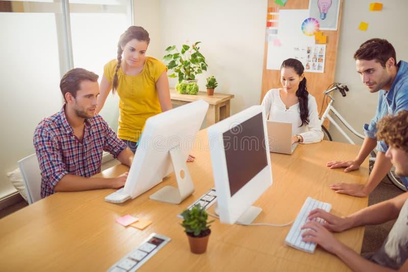 Baczna biznes drużyna pracuje na laptopach zdjęcie stock