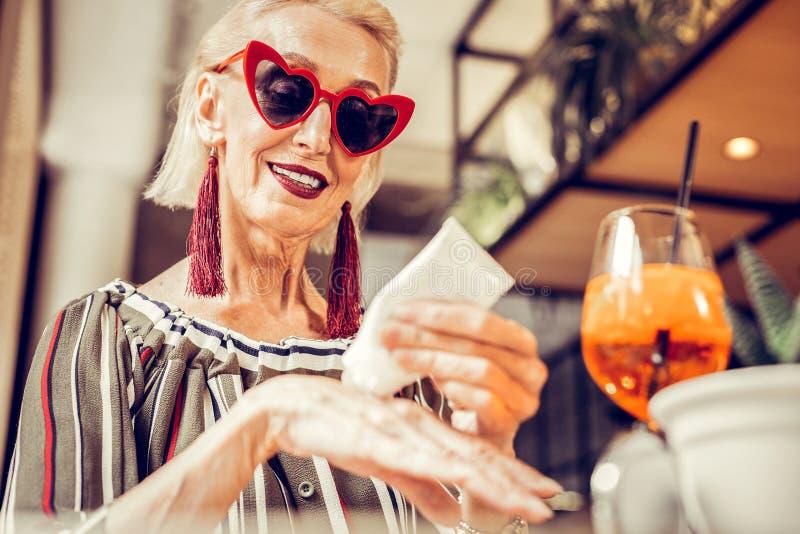 Baczna dobrze utrzymująca starsza dama jest ubranym okulary przeciwsłonecznych zdjęcia royalty free