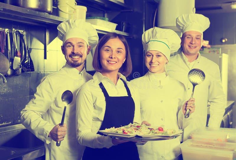 Baczni kobieta kelnera kolekcjonowania naczynia od restaurant's zestawu fotografia stock