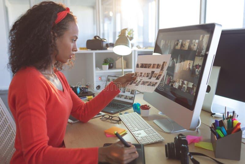 Baczny żeński projektant grafik komputerowych pracuje przy biurkiem zdjęcia royalty free