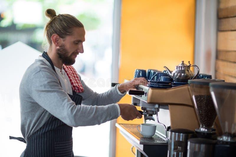 Baczny kelner robi filiżance kawy zdjęcia royalty free