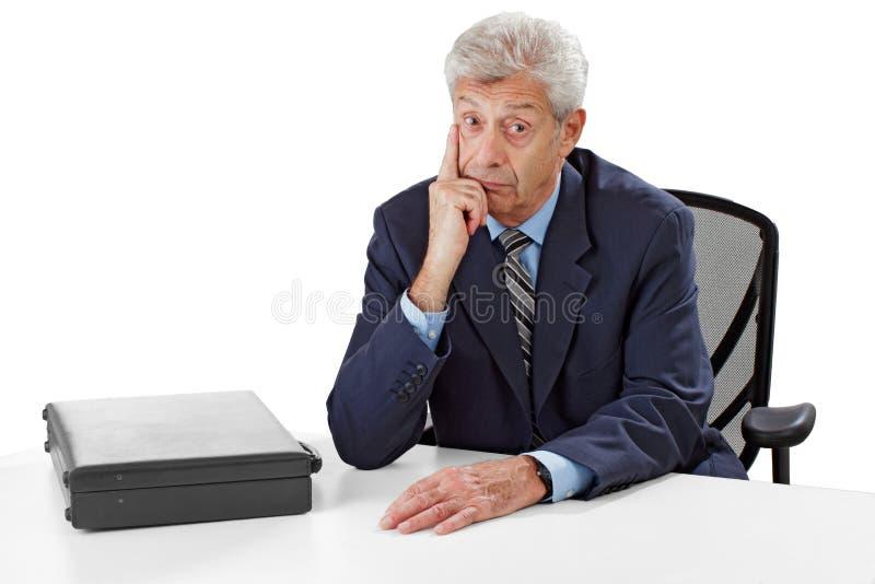 Baczny starszy biznesowy mężczyzna słucha obrazy royalty free