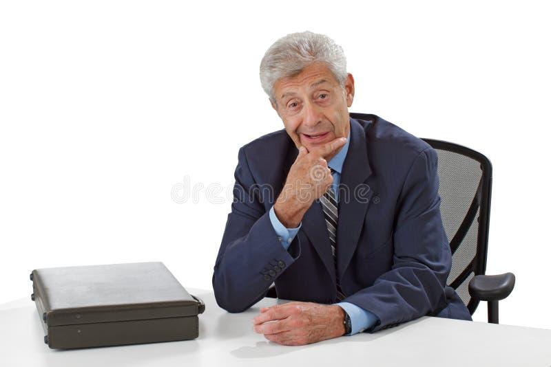 Baczny uśmiechnięty starszy biznesowy mężczyzna słucha fotografia stock