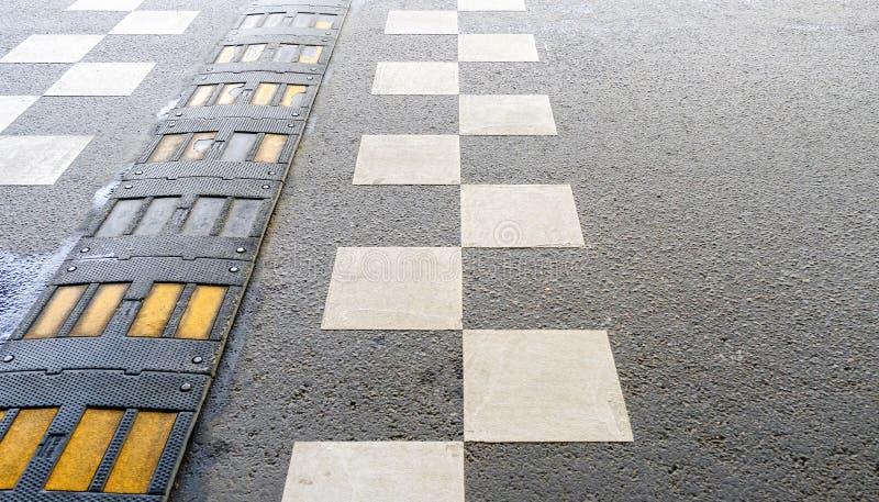 Badén de la seguridad de tráfico en una carretera de asfalto imágenes de archivo libres de regalías
