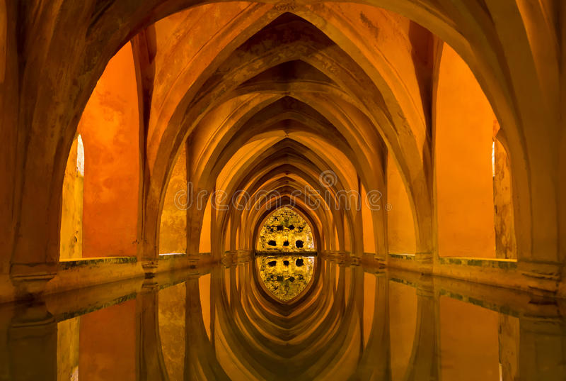 Bad av damen Maria de Padilla i Alcazar av Seville royaltyfria foton