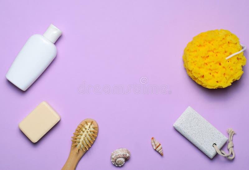 Bad-Einzelteil-Konzept-, Schwamm-, Shampoo-oder Duschgel, Haar-Bürste, Bimsstein, Draufsicht stockfotografie