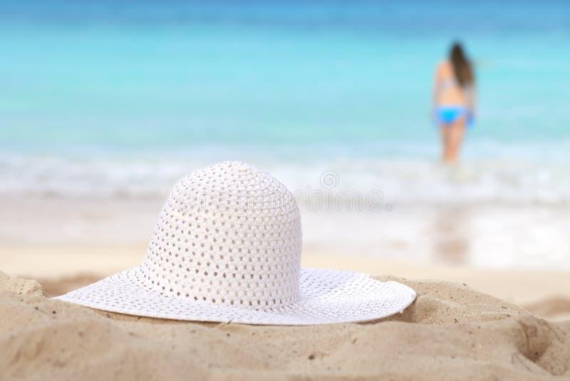 bad för sun för hatt för strandflicka gående till white arkivbild
