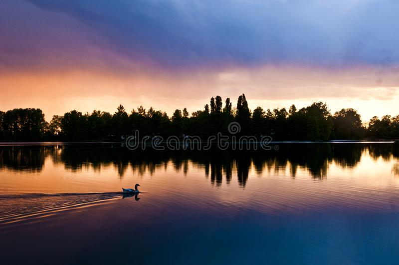 Bad i solnedgången arkivbild
