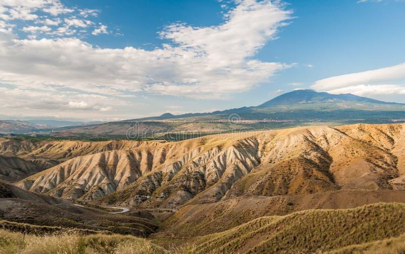 Bad-lands dans la campagne de la Sicile, près de Biancavilla ; volcan l'Etna à l'arrière-plan images stock