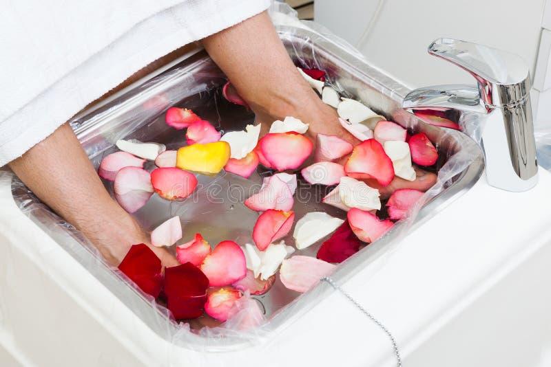 Bad mit den rosafarbenen Blumenblättern stockbild
