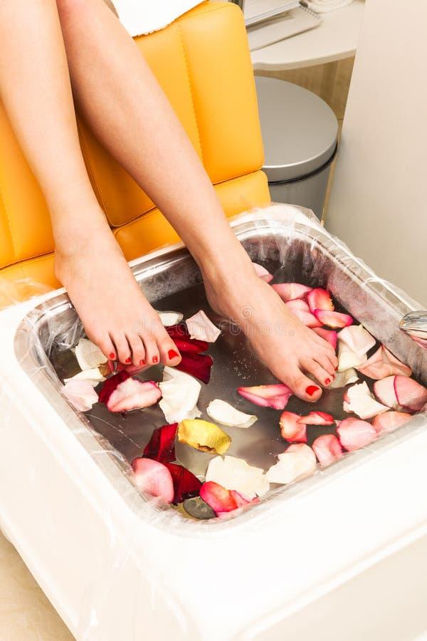 Bad mit den rosafarbenen Blumenblättern lizenzfreie stockfotos