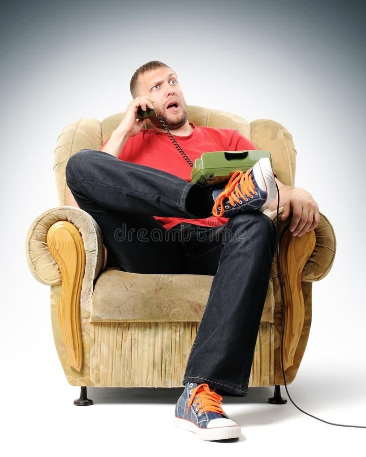 bad słucha nad telefonem mężczyzna wiadomość potomstwa zdjęcie stock