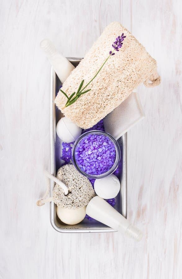 Bad stellte mit Lavendel, im Metallkasten auf weißem Holztisch, Badekurort ein stockfotografie
