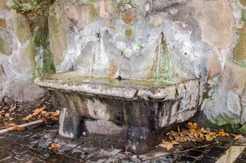 Bad van de steen het marmeren Roman fontein met drinkwater dichtbij Piazza Garibaldi in Rome, Italië royalty-vrije stock foto's