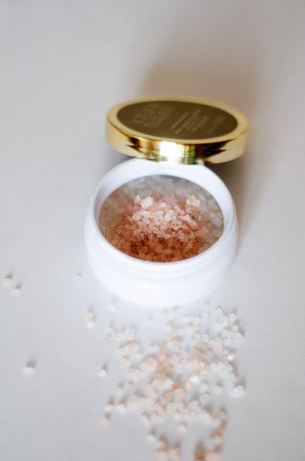 Bad zoute kristallen in witte kruik op lichte achtergrond royalty-vrije stock afbeelding