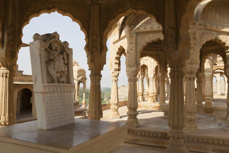 Bada Bagh Cenotaphs: gravar i den Rajasthan öknen royaltyfri foto