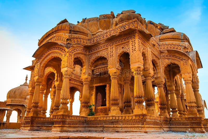 Bada Bagh en Jaisalmer, Rajasthán, la India Cenotafios hechos de la piedra arenisca amarilla en la puesta del sol imagenes de archivo