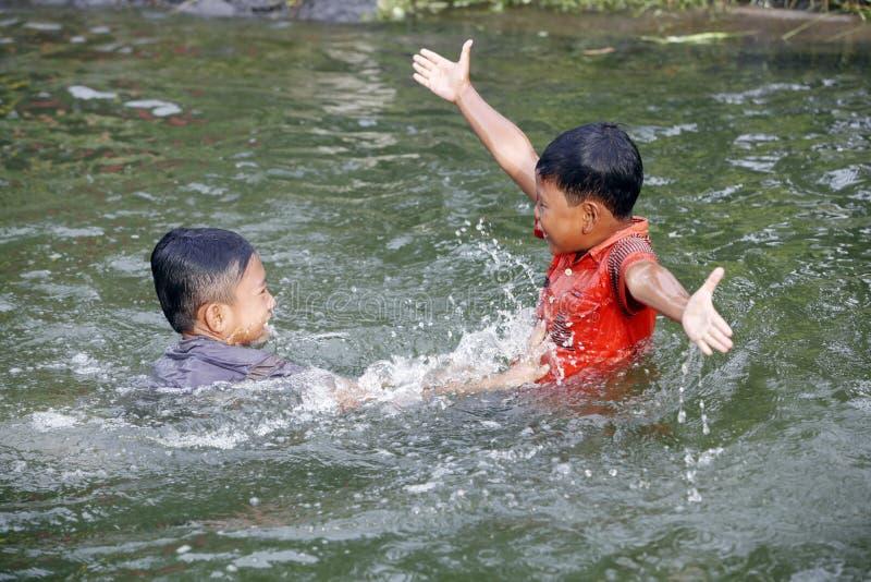 Bada i en flod royaltyfria foton