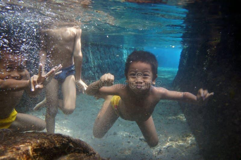 Bada i en flod fotografering för bildbyråer