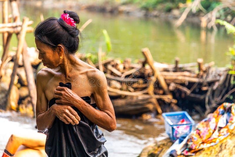 Bada i en flod Laos arkivbilder