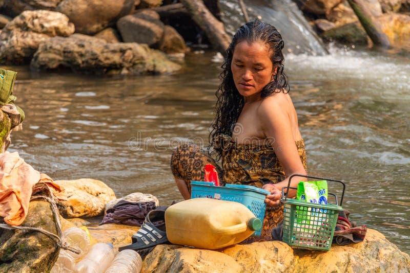 Bada i en flod Laos royaltyfri fotografi