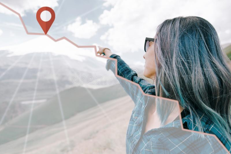 Badacz kobieta wskazuje przy górą z lokacji szpilką zdjęcie stock
