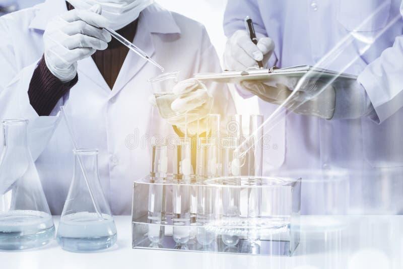 Badacz z szklanymi laboranckimi chemicznymi pr?bnymi tubkami z cieczem dla analytical, medycznego, fotografia royalty free