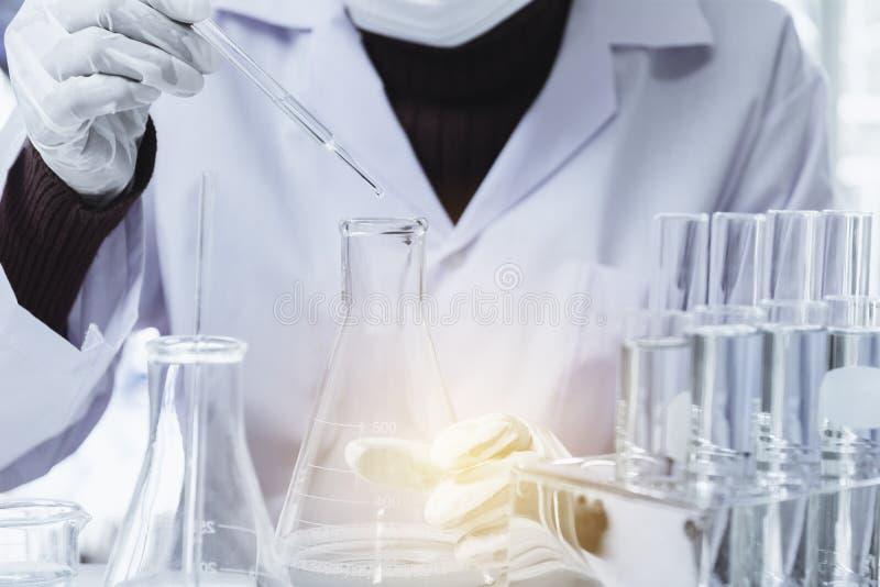 Badacz z szklanymi laboranckimi chemicznymi pr?bnymi tubkami z cieczem dla analytical, medycznego, zdjęcia royalty free