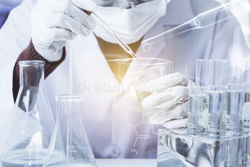 Badacz z szklanymi laboranckimi chemicznymi pr?bnymi tubkami z cieczem dla analytical, medycznego, zdjęcia stock