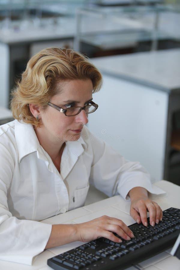 Badacza Pisać Na Maszynie Zdjęcia Stock