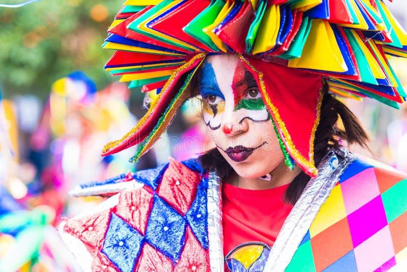 Badajoz, Espanha, domingo fevereiro 26 2017 participantes em trajes coloridos participam na parada de carnaval em Badajoz 2017 imagens de stock royalty free