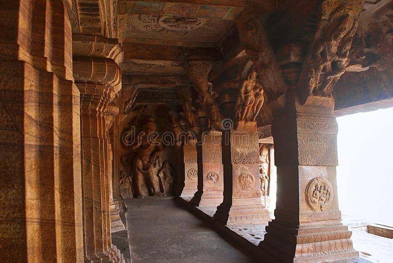 Badamiholen, Karnataka, India Hol 3: Gesneden cijfer van Vishnu als Narasimha, half menselijke, halve leeuw De steunen van pijler royalty-vrije stock foto