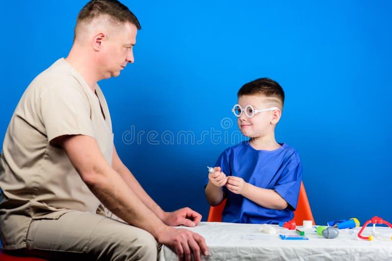 Badanie medyczne E Szpitalny pracownik poj?cie k?ama medycyny pieni?dze ustalonego stetoskop Dzieciak lekarka trochę siedzi obraz stock
