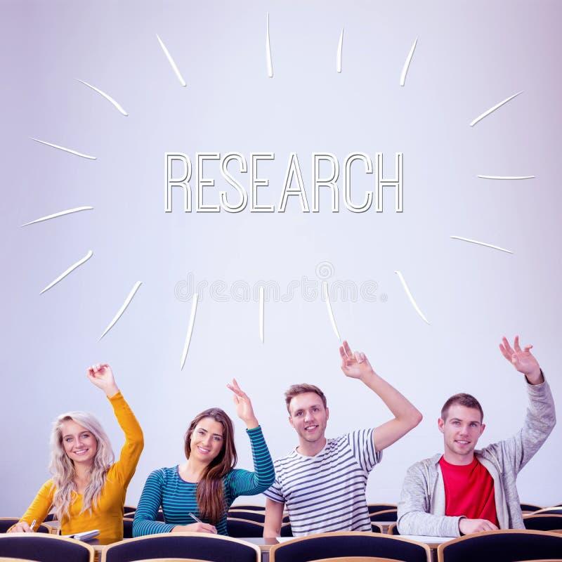 Badanie przeciw studentom collegu podnosi ręki w sala lekcyjnej fotografia royalty free