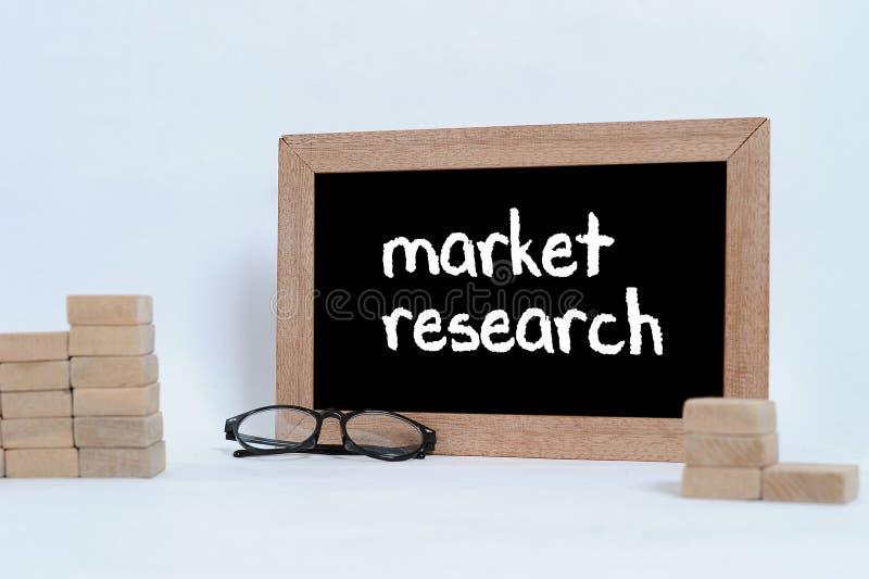 Badanie Rynku, Biznesowy poj?cie Przygl?da si? szk?a i Drewnianego bloku sztaplowanie jako kroka schodek zdjęcia stock