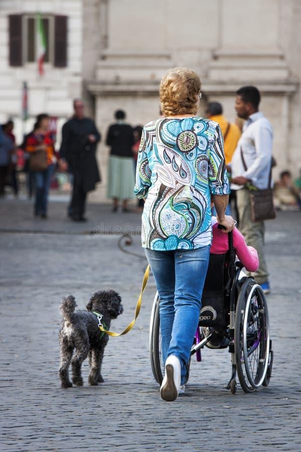 Badante e signora disabile immagine stock libera da diritti