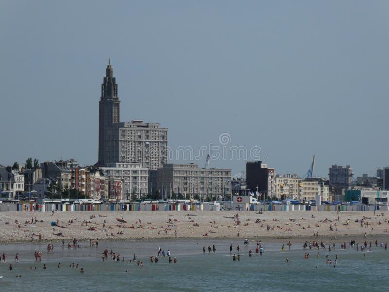Badare på stranden av Le Havre som ses från Sainte-Adresse, Normandie, Frankrike royaltyfria bilder