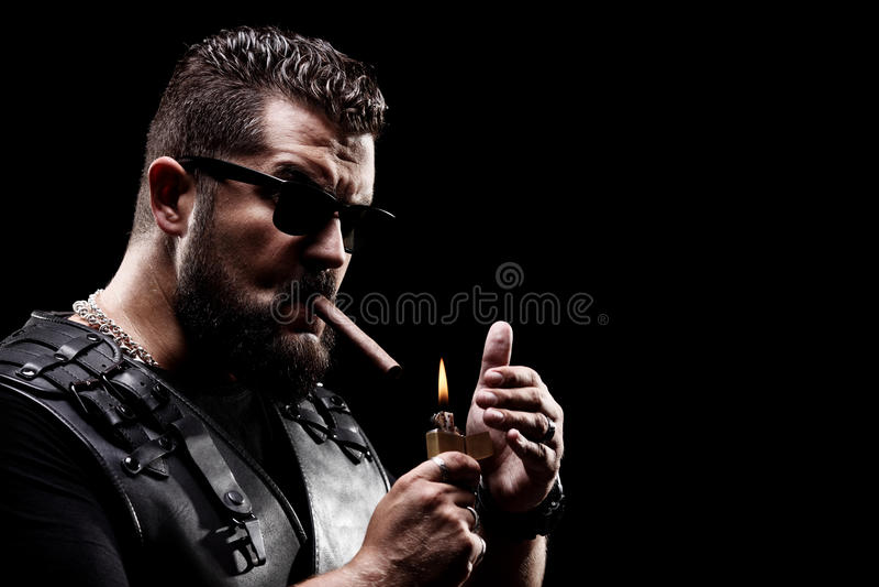 Badass rowerzysta zaświeca w górę papierosu obraz stock
