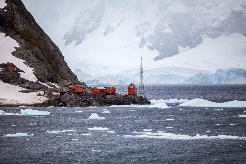 Badawcza stacja na brzeg w Antarctica obraz royalty free