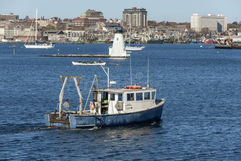 Badawczego naczynia whaleboat latarni morskiej nabrzeże fotografia stock